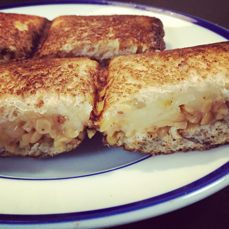 ひきわり納豆とチーズのホットサンド